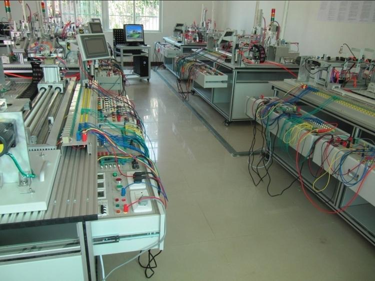 (一)技术参数: 1、输入电源:三相四线  ~380V10% 50Hz 2、工作环境:温度-10~40 相对湿度85%(25) 3、整机功耗:1.5kVA 4、安全保护:具有电压型漏电保护装置和电流型漏电保护装置。安全性符合相关的国家标准。采用高绝缘的安全型插座及带绝缘护套的高强度安全型实验导线。 (二)系统构成; 光机电实训装置,由铝合金导轨式实训台、机电一体化设备部件、PLC模块、变频器模块、按钮模块、步进电机驱动模块、电源模块、接线端子排和各种传感器等组成。其整体结构采用开放式和拆装式,