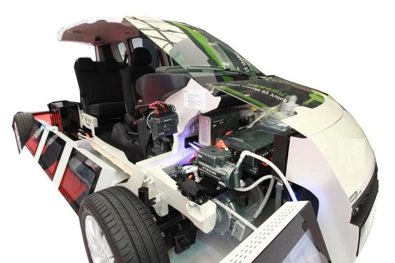 SBQC-XNY-14电动汽车整车解剖模型  (一)产品简介 中融牌电动整车多角度解剖,可容易地看见发动机舱、车身侧围的构造结构、钢板的厚度及独立悬挂的结构,甚至车轮的轮毂及轮胎的横截面。此外,车内方向盘、排挡杆、手刹、安全带固定装置及安全带卷等平时都被包裹严实的部件也被特别地一剖为二,内部工艺精度、构造清晰呈现,能够展示汽车各总成装置以及各附件位置。 (二)结构组成 经解剖全新电动整车总成、减速电动机及附件、可移动台架等;配置教学资料,适用于汽车专业考核和培训。 (三)功能特点 1.主要总成剖示并以各种