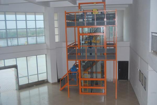 电梯井道采用全钢结构,周围采用透明钢化玻璃镶嵌.